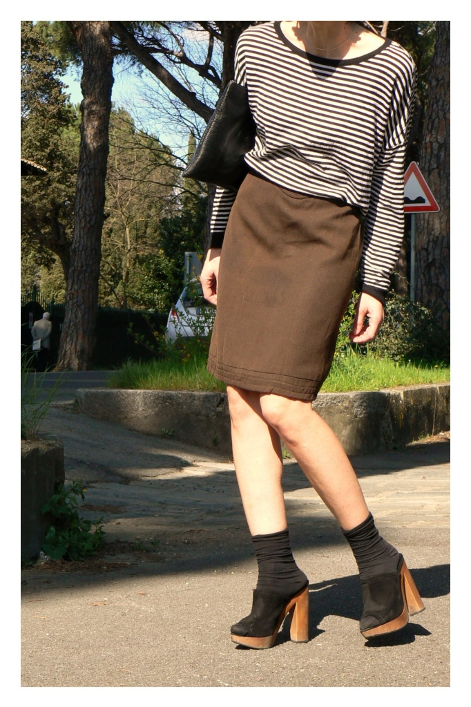 Striped, black and white, gonna a vita alta, gonna marrone, zoccoli, calzini con zoccoli, Anastasia, vintage bag, pochette nera, zoccoli, vintage style, my life, Anastasia style, sweater black and white,