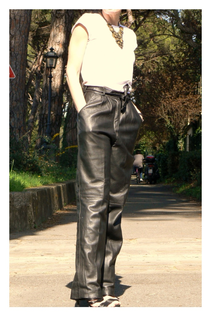 Working look, new look, vintage clothing outfit, Zara shoes, Zara T shirt, vintage pants, leather pants, Anastasia, Florence, mysouldress, my soul, white T shirt, look  T shirt,  Necklace vintage, original Necklace, black bag, sweater H&M