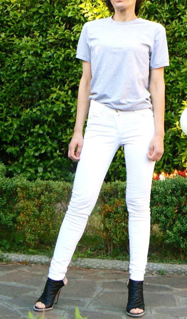 White pants, grey t-shirt, Balenciaga shoes, Anastasia style, outfit con i pantaloni bianchi, pantaloni bianchi, black bomber, casual outfit, working look, new outfit, bonprix t-shirt, H&M pants, H&M jacket, vintage style, Florence.