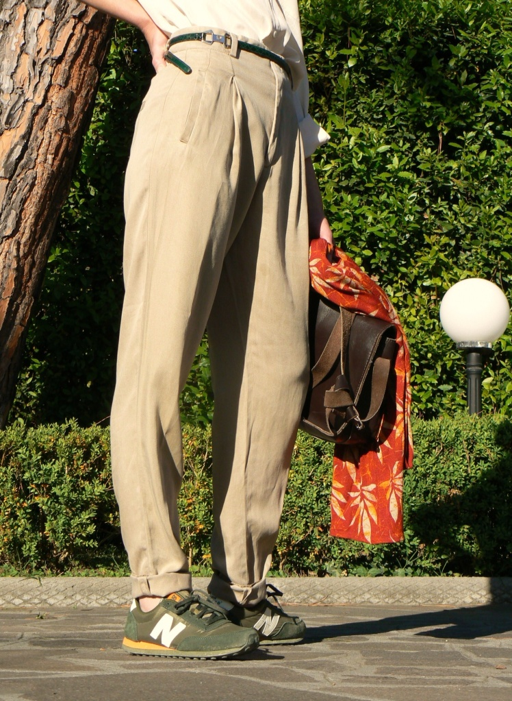 Beige pants, new Balance, shirt, beige & beige, piere cardin belt, beige & green, cool outfit, sneakers, outfti con sneakers, Anastasia style, Florence, vintage style, my daily outfit, Zara pants, blues shirt,