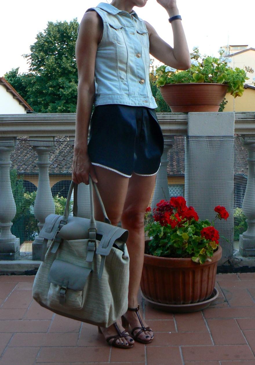 Pantaloncini neri, gilet jeans, sandali Marni, màrni, black shorts, jeans, Zara Anastasia, Anastasia style, my vintage, vintage style Pieces bag, Pieces, Florence new outfit, italian blogger, italian fashion blogger,