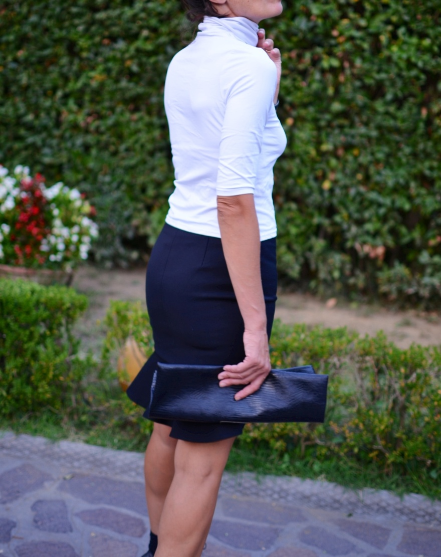 Vintage top, Zara skirt , John Galliano shoes, Zara, new outfit, Anastasia fashion blogger, Florence, italian fashion blogger, mixare fantasie, borsalino style, Vintage bag,fashion, vintage style, socks and sandals, black shos, black skirt, white top