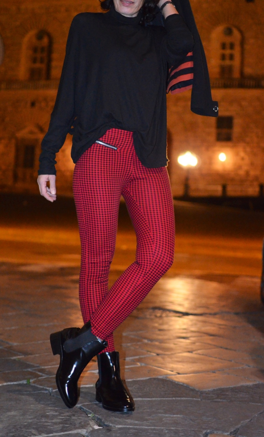 Pantaloni skinny Zara, pantaloni quadrettini rosso e nero, giacca vintage, sweater Zara, stivaletti B&C, vintage bag, black boots, outfit serata tra iMac, casual outfit, mysouldress, new in blog, fashion blogger, vintage fashion blogger, Zara, Zara Kids,