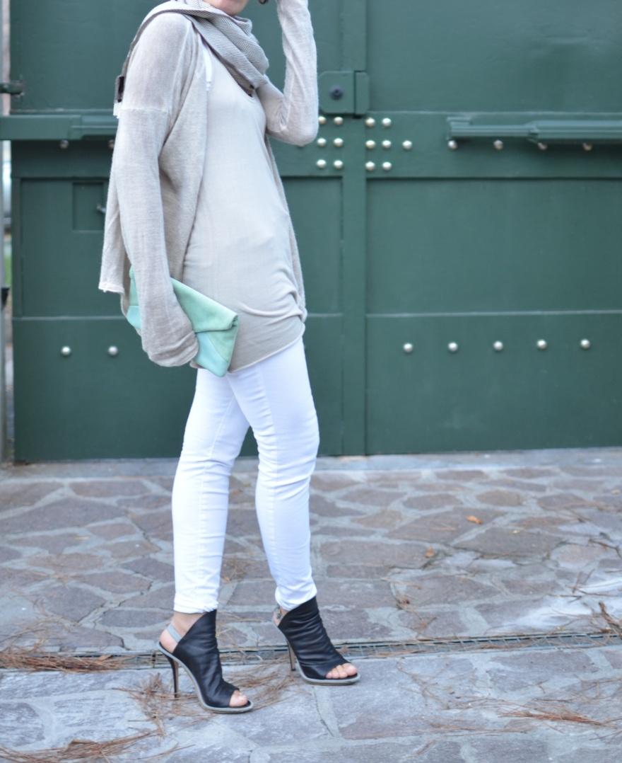 Lee denim, vintage denim, Balenciaga shoes, black sandals, vintage blog, beige top, white top, sweater Sensitive, vintage bag, Anastasia style, vintage style, italian vintage blog, cheap outfit, abbinamento sfizioso,
