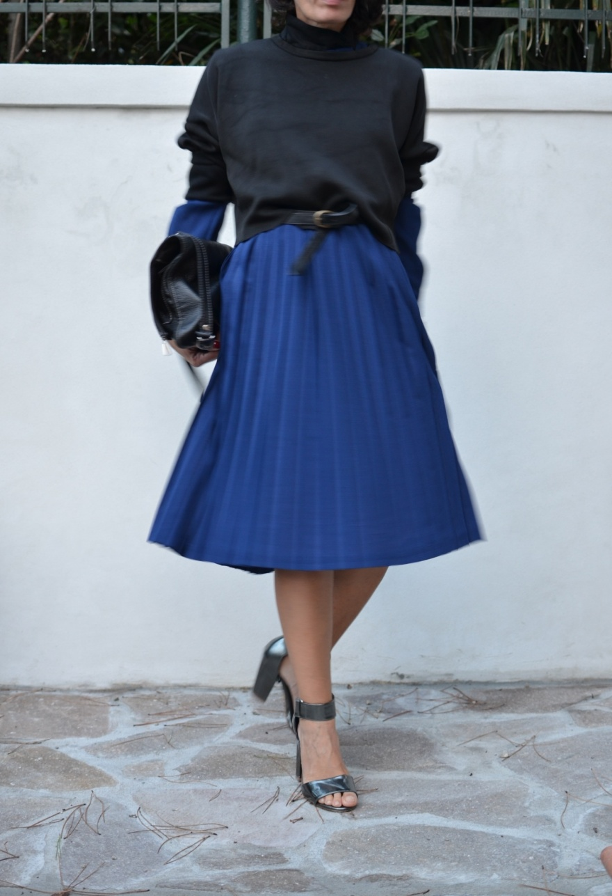 Blue and black, blue dress, vintage dress, Zara sweater, Zara, black sweater, sandali argentati, H&M shoes, vintage bag, Anastasia style, Florence, nere outfit, look per un matrimonio, look particolare per una festa, look da mezza stagione,