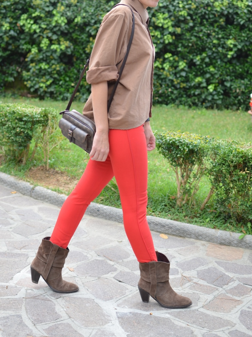 Red pants, H&M pants, brown shirt, Mysoultransformer shirt, irregulare shirt, camicia taglio irregolare, camicia corta davanti e lunga dietro, Anastasia style, Florence, Laura biagiotti bag,