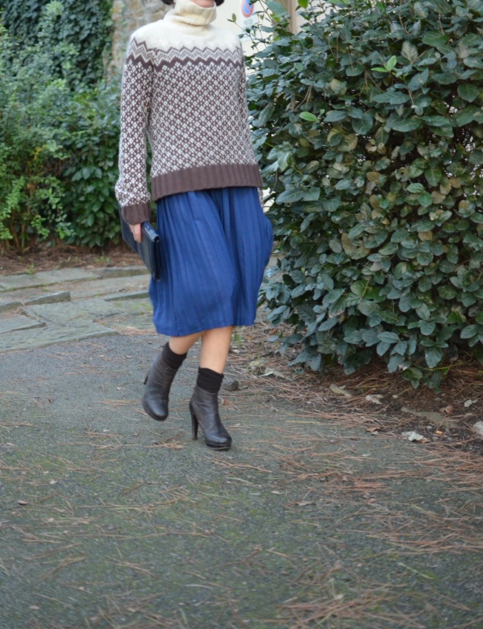 Skirt Mysoultransformer, sweater American Eagle, sisley boots, brown and bluette, bluette skirt, sweater mania, sweater extra large, vintage bag, italian fashion blog, vintage blog, vintage blogger, maglione tirolese, maglione a collo alto