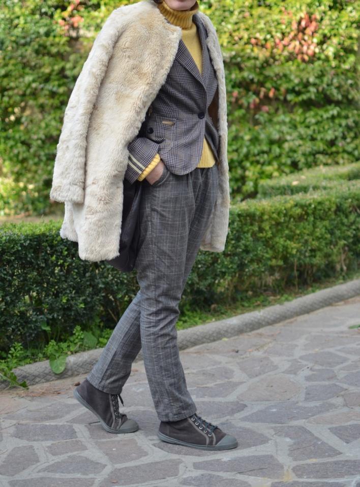 Sisley pants, Benetton sweater, Zara coats, pelliccia beige, pelliccia come indossare una pelliccia, quadrettini, blazer a quadrettini, tartan jacket, Bensimon shoes, Bensimon sneakers vintage bag, workin outfit, cool outfit, mysouldress, Anastasia style, italian fashion blogger, blogger, vintage blog