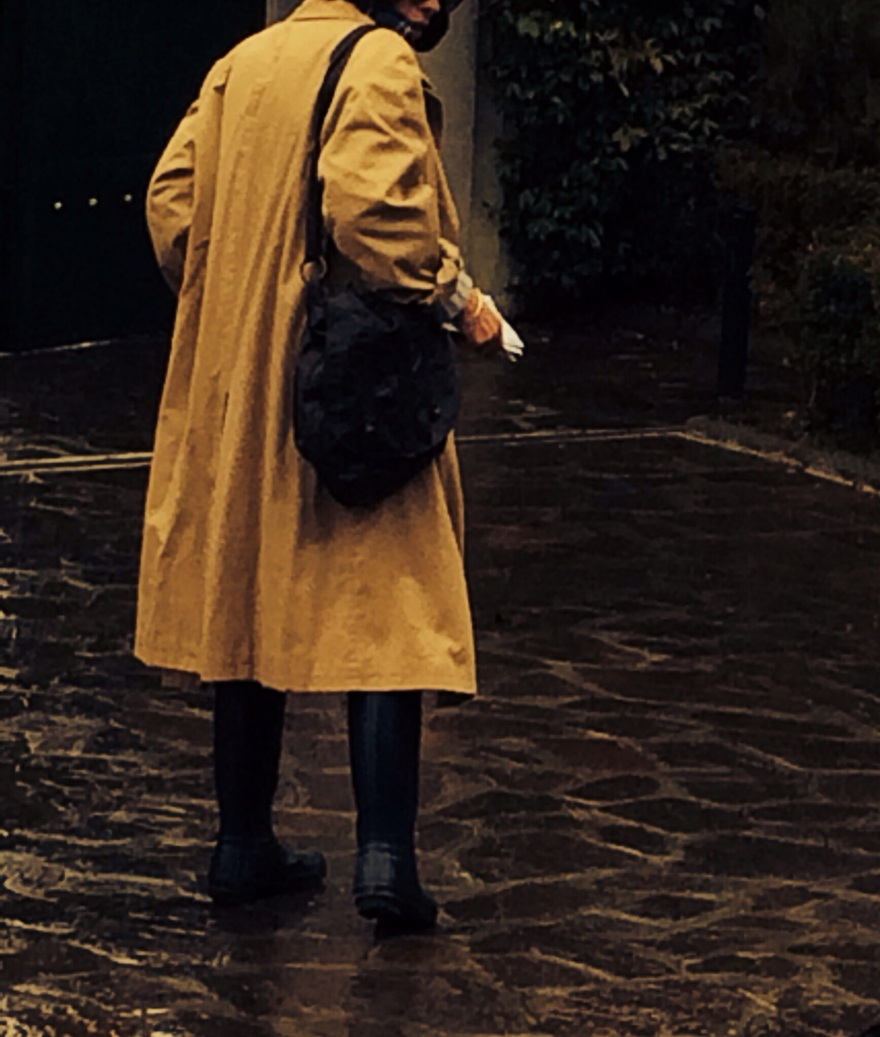 Outfit da pioggia, look d pioggia, stivali per la pioggia, trench per l pioggia,m come indossare un trench oversize, Hunter, blue Hunter, Anastasia style, vintage blog, vintage trench, camicia a quadrettoni oversize, jeans and trench, I'm singing in the rain, rain look, rainy day,