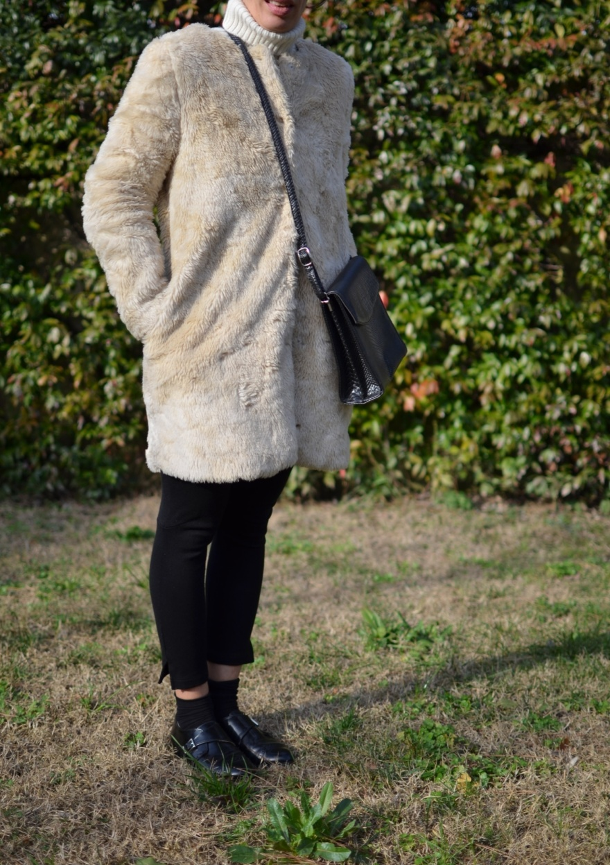 H&M pants, pellicciotto Zara, come indossare un pellicciotto bianco, pellicciotto beige, Zara, H&M shoes, mocassini neri, borsa vintage, Anastasia, italian fashion blogger, fashion blogger, vintage blog.
