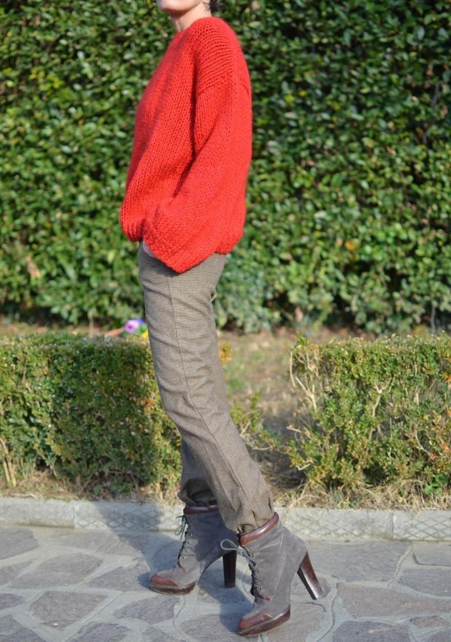 Winter outfit, pantaloni a quadrettini, marrone, stivali marroni come indossarli, maglione rosso d'inverno, maglion hand made, maglia, ferri per la maglia, creazione in maglia, vintage outfit, Anastasia style, vintage blog, italian fashion blogger,