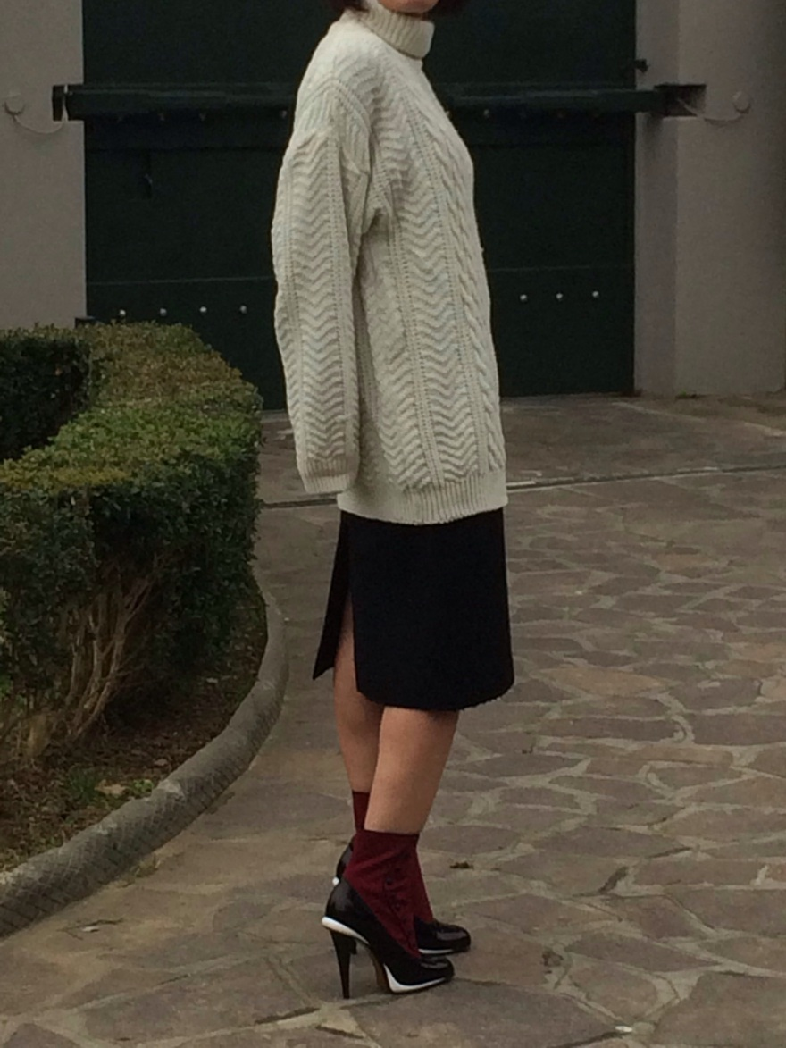 White sweater, white coat, look total white, Fendi boots, H&M bag, Prada skirt, black skirt, blacke and white, Prada, Fendi. Mysouldress style, vintage blog, vintage blogger, italian fashion blog, fashion blog, Florence blogger, look per le curvy, curvy look