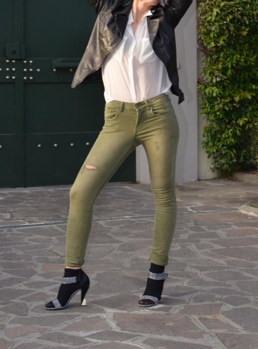 White shirt, white coat, casual look , Balenciaga shoes, H&M pants, leather jacket, antica Cuoieria , black and green, Balenciaga . Mysouldress style, vintage blog, vintage blogger, italian fashion blog, fashion blog, Florence blogger, street style, Florence street style, Emilio Cavallini socks, socks and sandals.