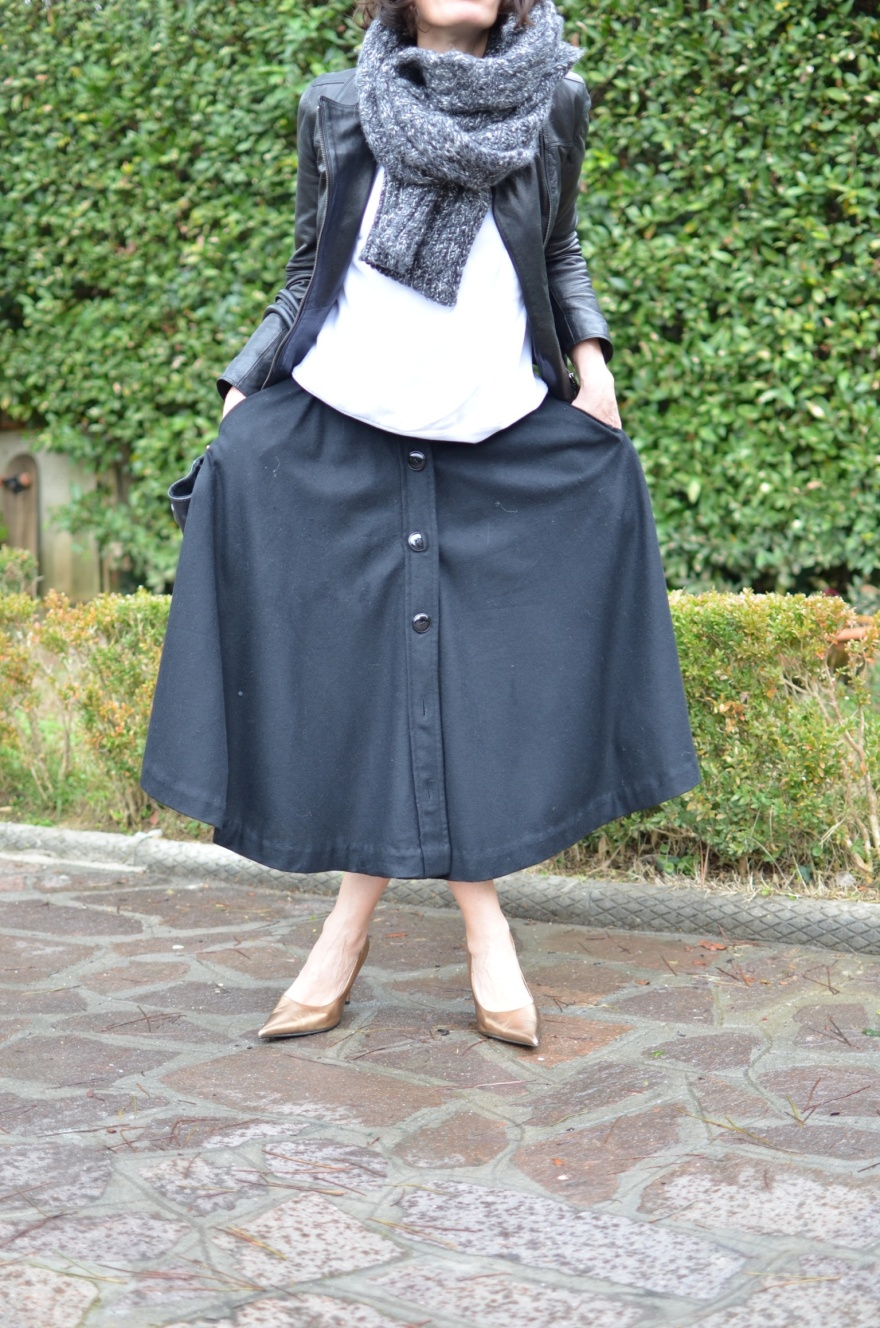 Black shirt,American Apparel jumper, metallic shoes, Gold shoes, vintage skirt, long skirt, oversize sweater, Anastasia style, mysouldress style, vintage style, cool outfit, leather and long skirt, leather jacket, Antica Cuoieria