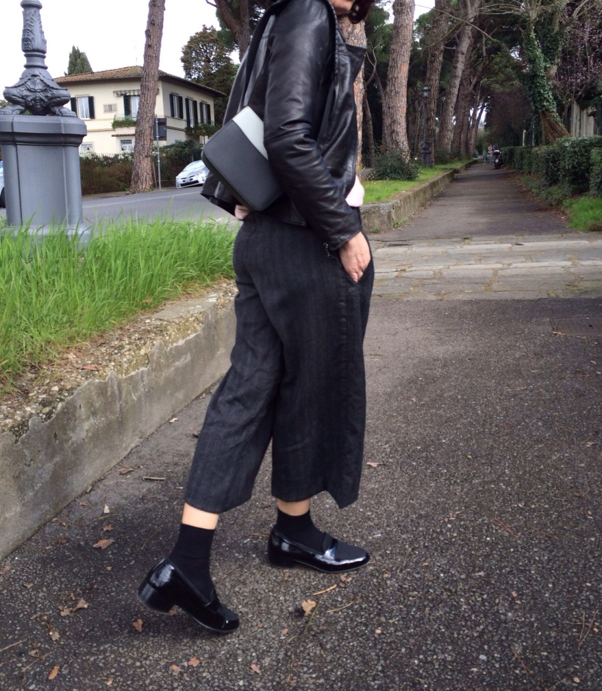 Salvatore Ferragamo, Salvatore Ferragamo mocassini, mocassini neri, culottes neri, black culottes, Max &co pants, Pink sweater, Pink, leather jacket, H&M bag, casual outfit, Anastasia style, mysouldress style, vintage blog, Florence blogger, black and Pink