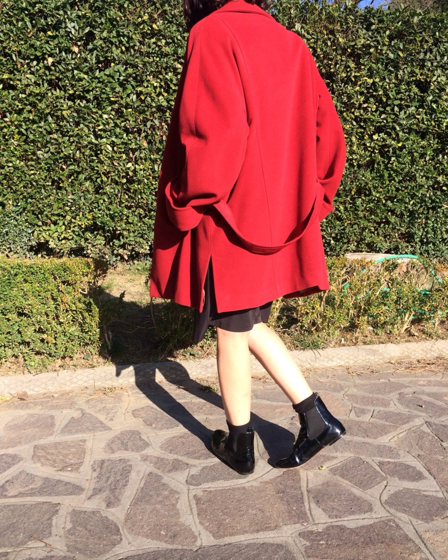Red, Red coat, oversize jacket, black skirt, black crop too. Ferragamo shoes, mocassini di Ferragamo, casual outfit, vintage blog, cheap outfit, very cheap outfit,  mysouldress style, italian fashion blog, italian blogger, oversize, Red and black, minimal outfit,