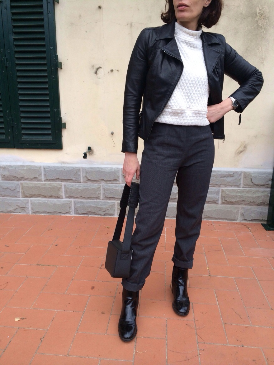 coat, leather jacket, black pants, zara sweater, myouldress collection, casual outfit, vintage blog, cheap outfit, very cheap outfit, mysouldress style, italian fashion blog, italian blogger, oversize, Salvatore Ferragamo mocassini, monkies shoes, minimal outfit, Zara skirt, vintage bag, antica Cuoieria coat, H&M bag.